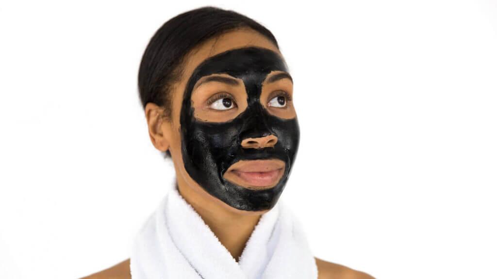 Frau mit Gesichtsmaske gegen große Poren