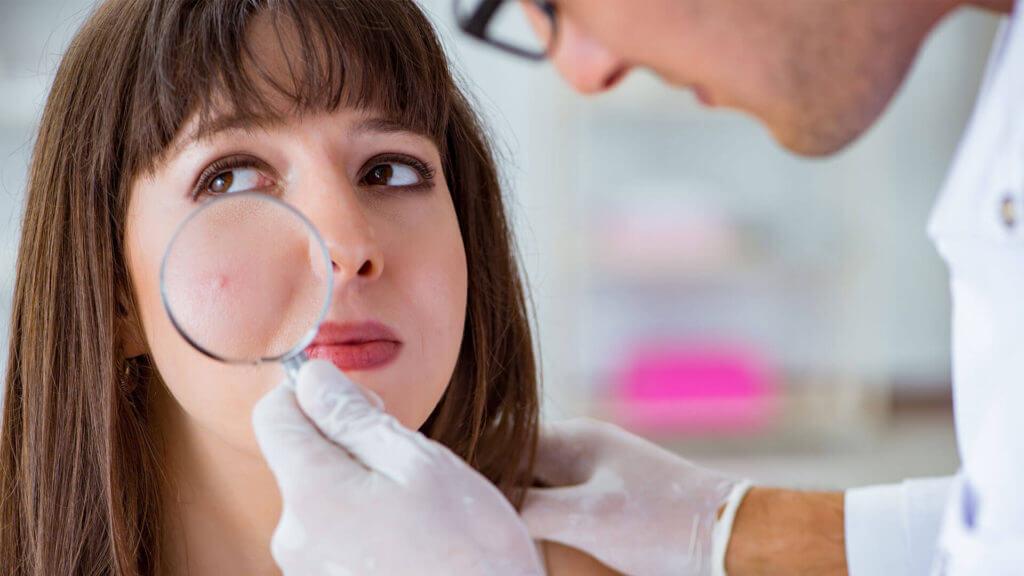 Frau beim Hautarzt zur Kontrolle